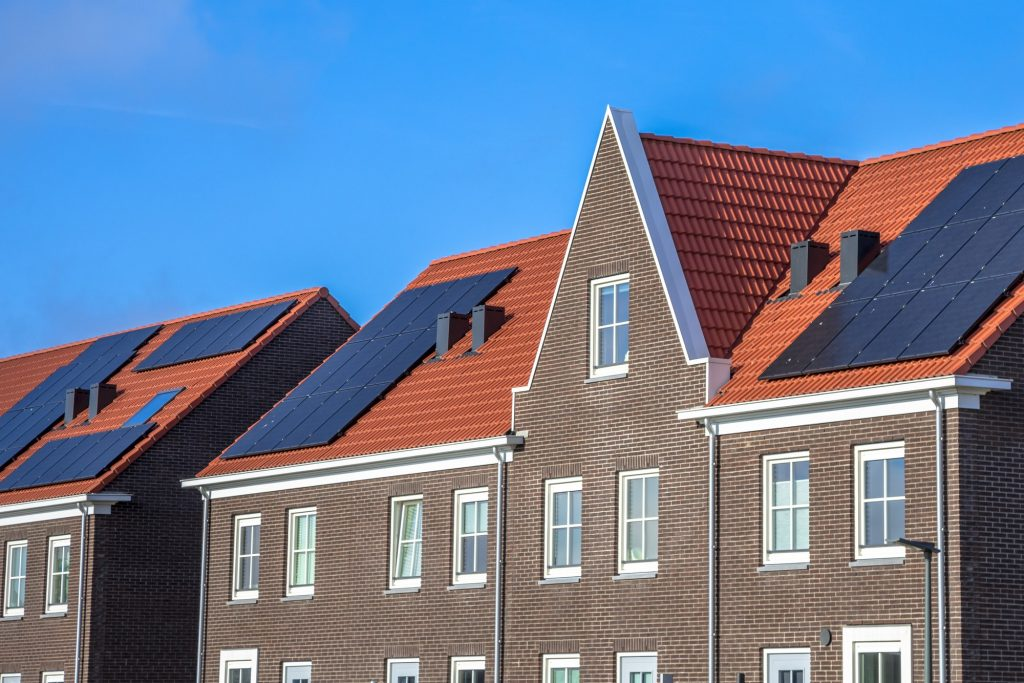Ventanas Casas modernas con paneles solares y Panel Sandwich