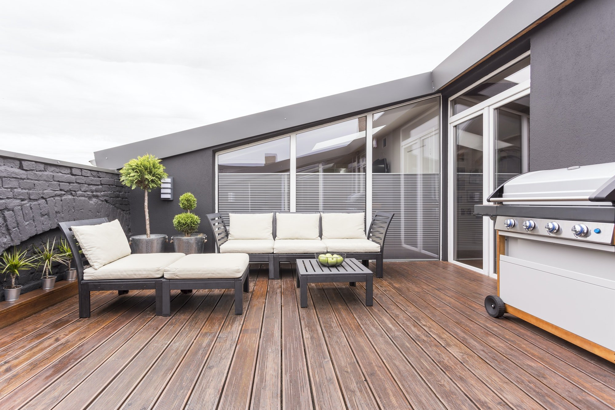 Reformas Acogedora terraza con piso de madera y ventanas aluminio