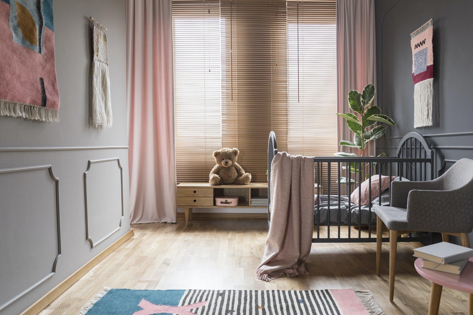Cortinas y persianas en las ventanas de aluminio en el interior del dormitorio