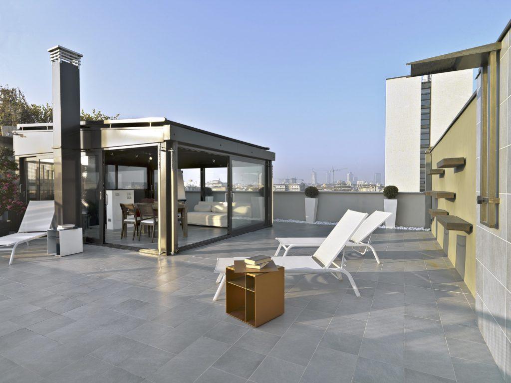 Cerramiento terraza exterior con aluminio, cristal y con muebles chillout