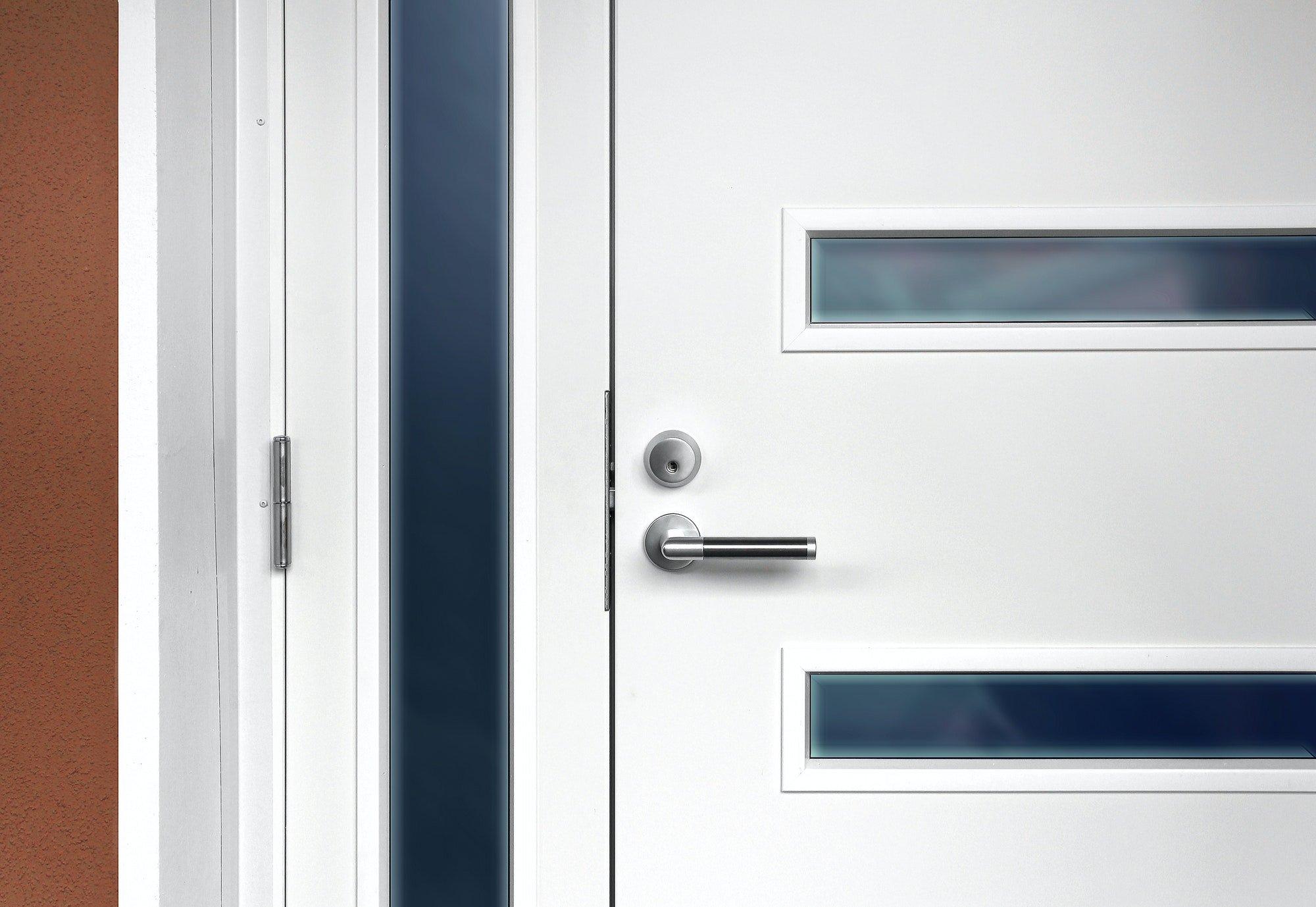 Puerta de entrada blanca moderna con tirador
