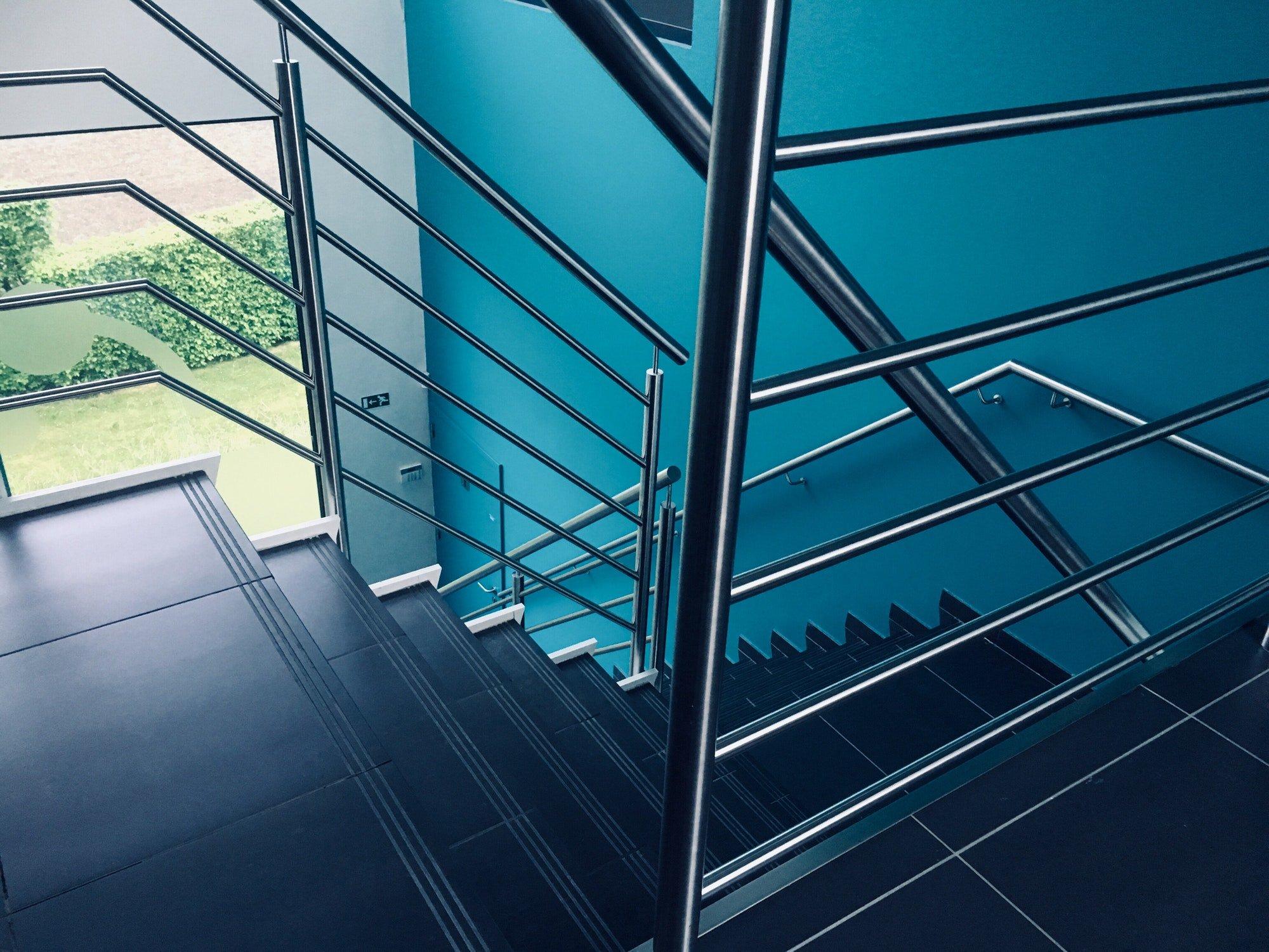 Escalera con barandillas de acero inoxidable